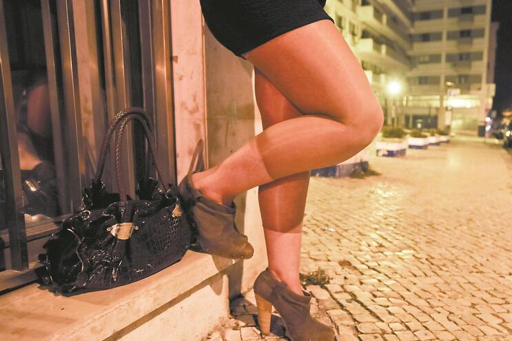 Muitas mulheres estão a trocar a prostituição de rua por espaços fechados, como casas particulares e