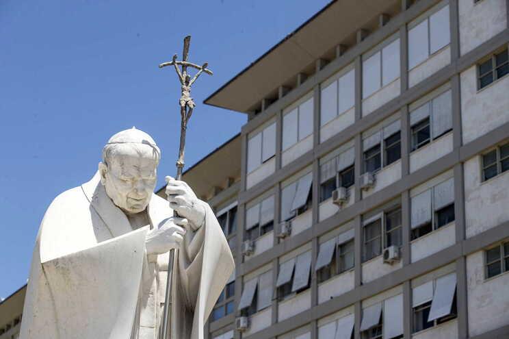 A estátua do Papa João Paulo II no exterior do hospital onde está internado o Papa Francisco