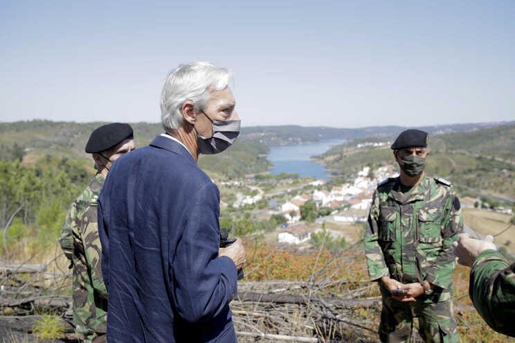 O ministro da Defesa Nacional, João Gomes Cravinho (C), acompanha uma ação de patrulhamento do Exército