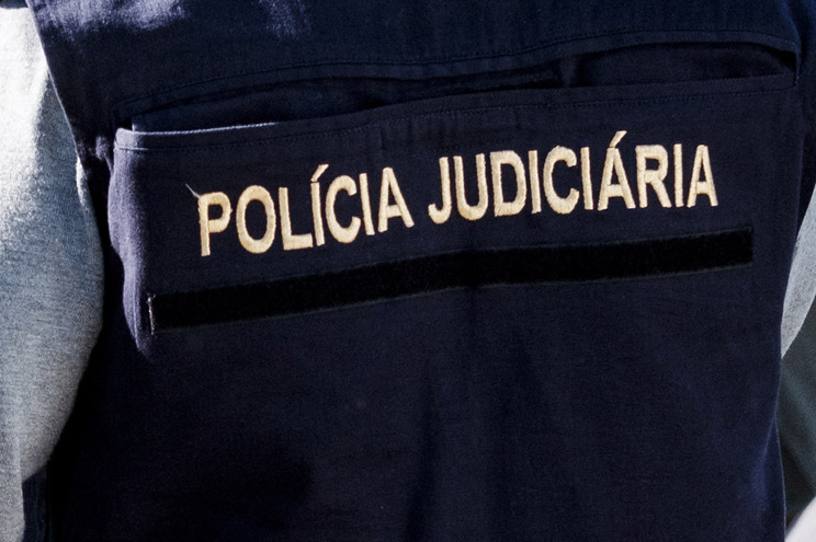 De acordo com a Polícia Judiciária, o detido acabou por ferir, com alguma gravidade, duas pessoas