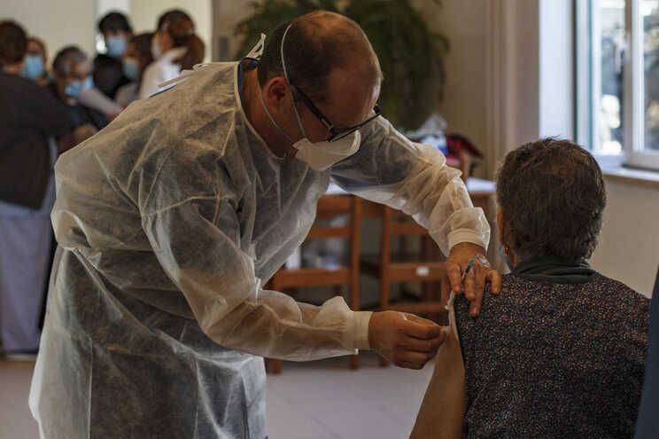 Os idosos estão entre os grupos etários que apresentam uma subida da incidência de novas infeções