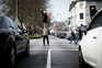 Artistas de rua ganham a vida nos cruzamentos no Porto, animando os condutores. Miguel e Angie