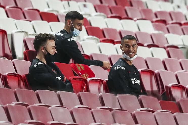 Diogo Jota, à esquerda, não acompanha Cristiano Ronaldo e Bruno Fernandes nos nomeados para a equipa