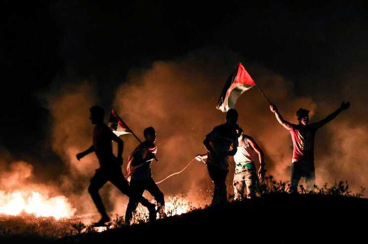 Palestinianos em protesto junto à fronteira com Israel em Gaza
