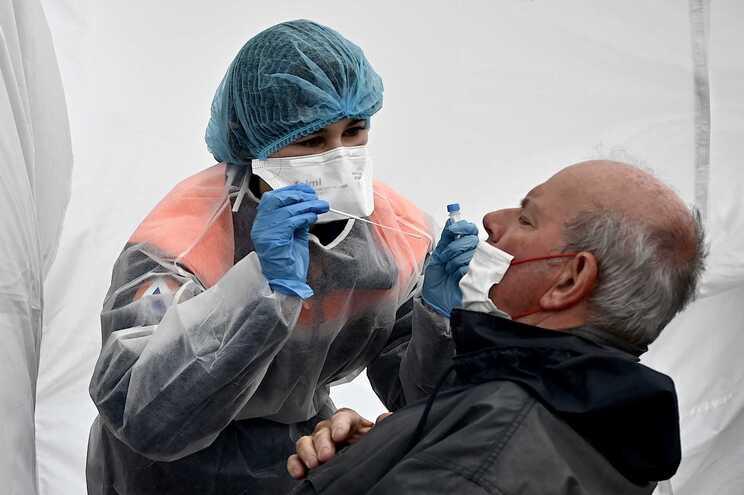 """Número de novos casos é algo """"nunca visto"""" em França, segundo o ministro da Saúde"""