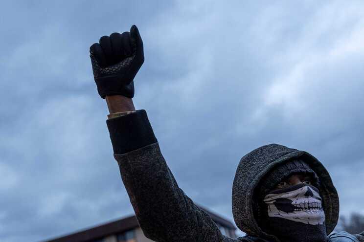 A morte de um jovem negro em Minneapolis, pela Polícia, provocou protestos na cidade onde há meses o