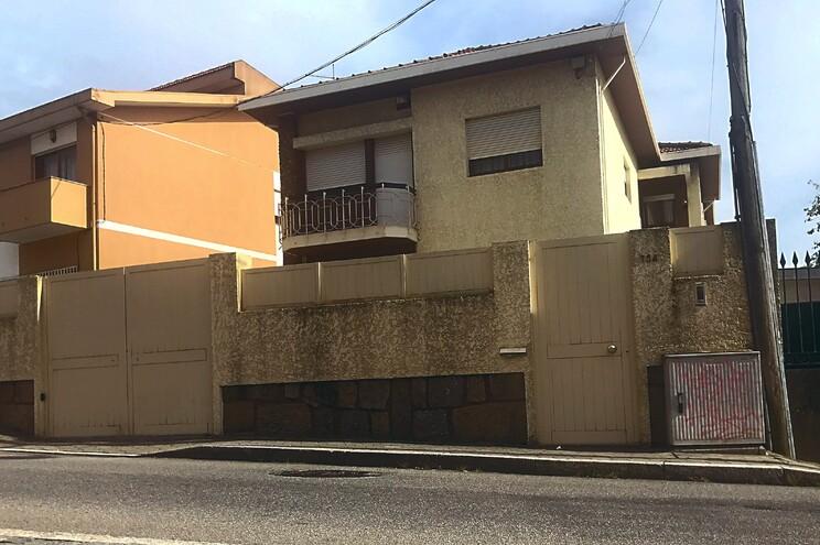 Casa em Valadares foi palco de tragédia, no sábado, à hora de jantar