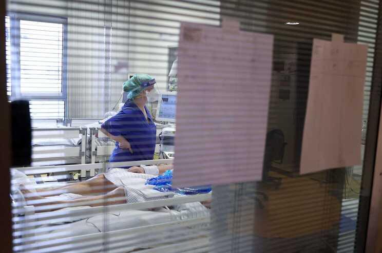 Um quarto dos doentes apresentava três ou mais sintomas e 2% tiveram de ser internados novamente