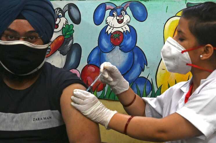 Índia administrou, na segunda-feira, mais de 8,6 milhões de doses da vacina contra a covid-19, um novo