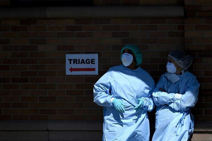 Muitos países informaram que mais de 10% dos seus afetados são trabalhadores do setor da saúde