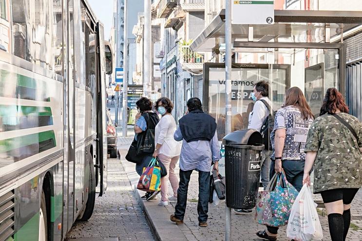 Enorme redução da procura do transporte público, causado pela pandemia, está a abalar os concursos