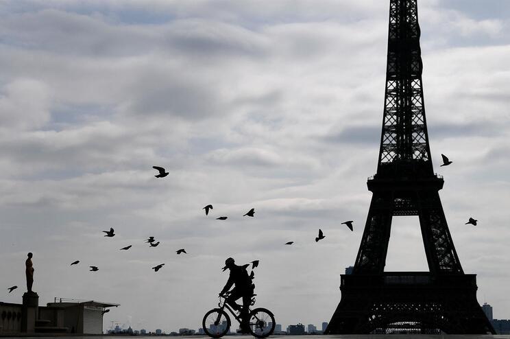 Paris e outras 16 regiões entram em confinamento a partir de sexta-feira