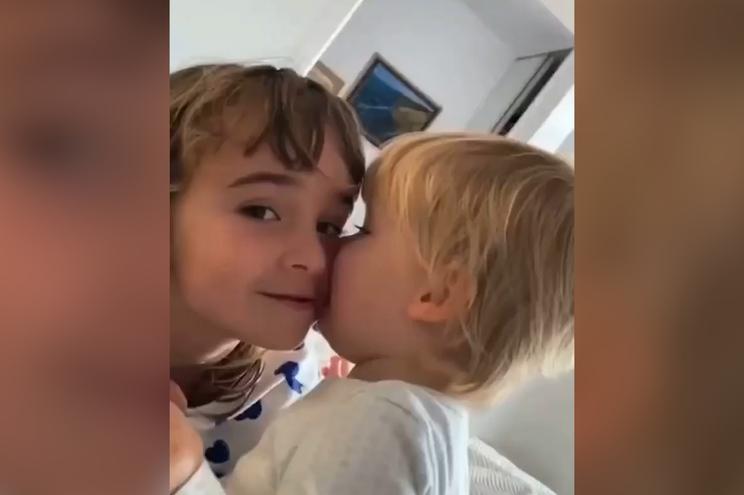 Olivia, de seis anos, e Anna, de um