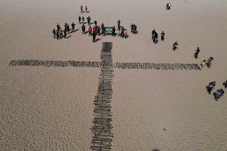 Homenagem às vítimas mortais da pandemia na praia de Copacabana, Rio de Janeiro