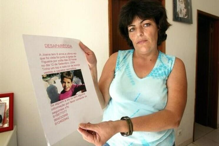 Leonor com a imagem da filha quando foi tornado público o desaparecimento da menina