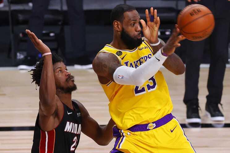 Lakers superiorizam-se aos Heat