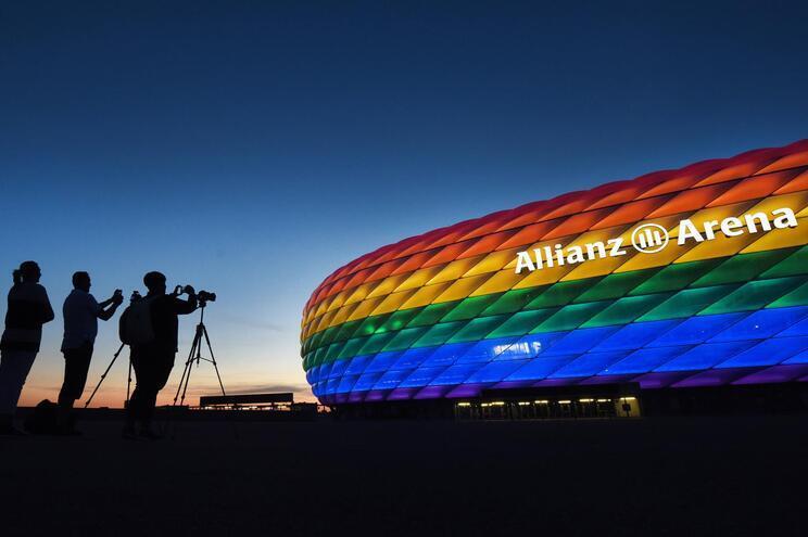 O presidente da câmara municipal de Munique propôs iluminar o Allianz Arena com as cores da comunidade