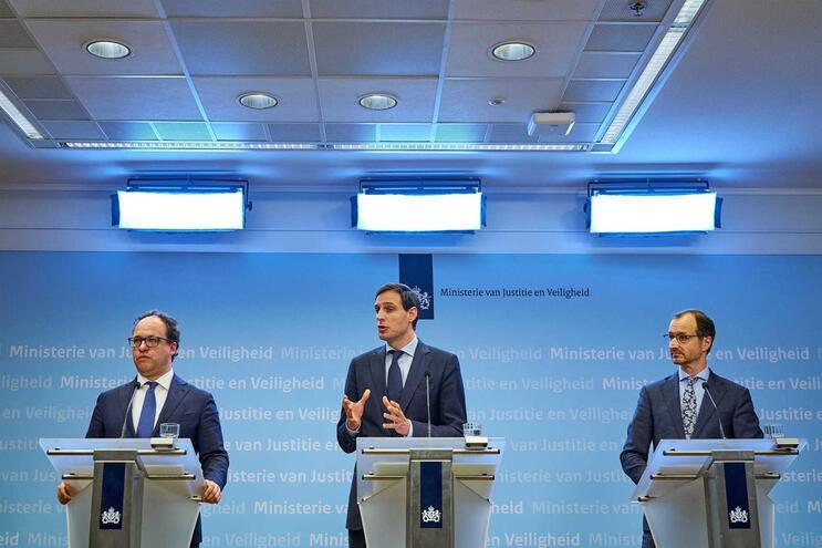 O ministro das Finanças holandês,Wopke Hoekstra (ao centro), reconheceu que foi infeliz nas declarações