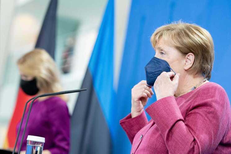 A chanceler alemã, Angela Merkel, e Kaja Kallas, primeira-ministra da Estónia