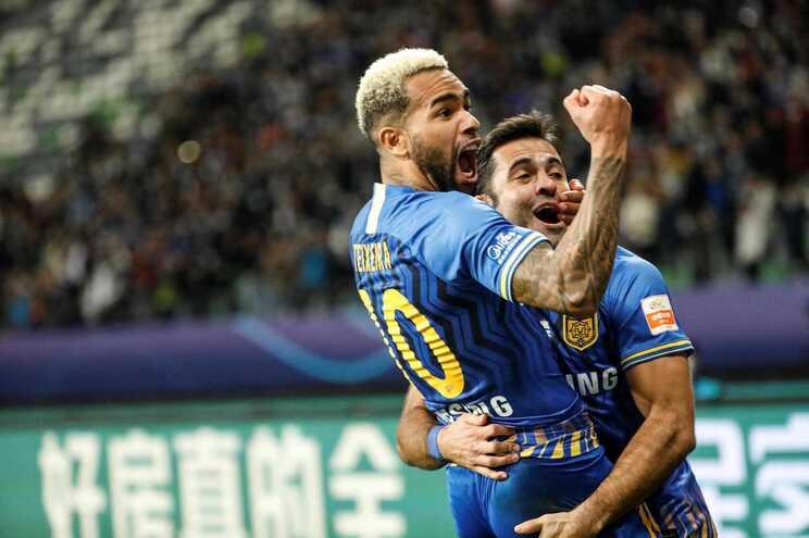 Campeão chinês de futebol interrompe atividade