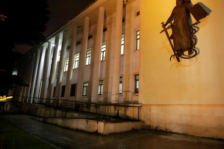 O tribunal considerou que o arguido violou as obrigações que lhe foram anteriormente impostas