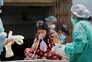 Crise pandémica está a fragilizar sistema de saúde indiano