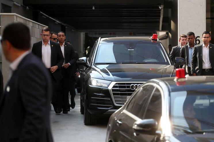 Presidente brasileiro Jair Bolsonaro teve alta após operação e regressou a Brasília