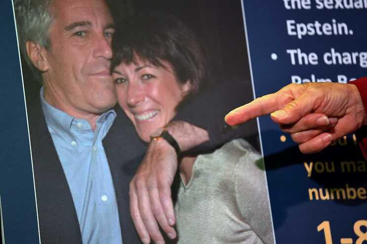 Uma imagem de Epstein e Ghislaine, ilustrando a apresentação da acusação por Audrey Strauss