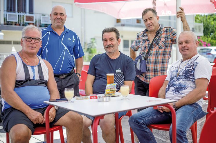 João Ferreira, José Silva e Jerónimo Ribeiro, juntos, têm mais de 100 anos de emigração em França. Acompanhados