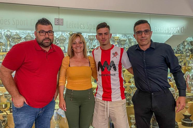 Rúben Candal acompanhado pelo presidente da SAD, André Castro, a mãe e o empresário Carlos Oliveira,
