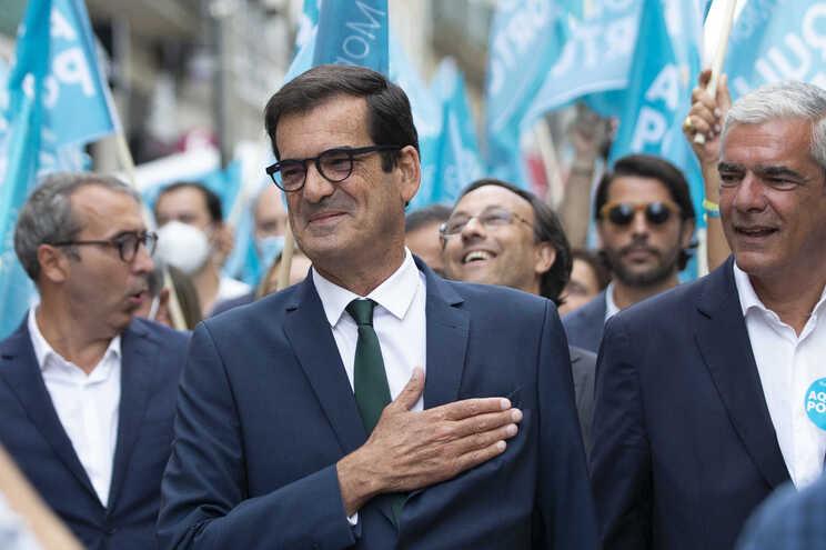 Rui Moreira, ladeado por Miguel Pereira Leite, que vai deixar a Assembleia Municipal e deverá ser substituído