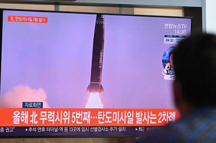 Coreia do Norte disparou, esta quarta-feira, dois mísseis balísticos no Mar do Japão