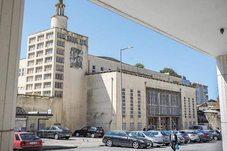 Cinema foi desativado em 1993, serviu de templo até 2010 e mostra sinais de degradação