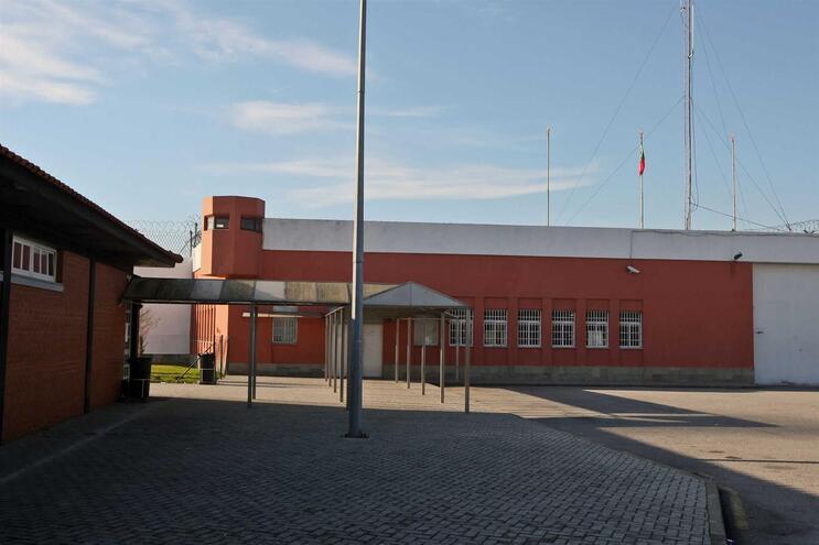 Guarda prisional de Custoias com teste positivo à Covid-19