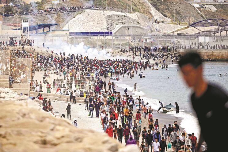 Dos oito mil migrantes, 6.500, na maioria homens, voltaram a Marrocos