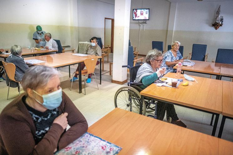 Reabriram os centros de dia e os refeitórios. Instituição também leva comida ao domicílio e serve em