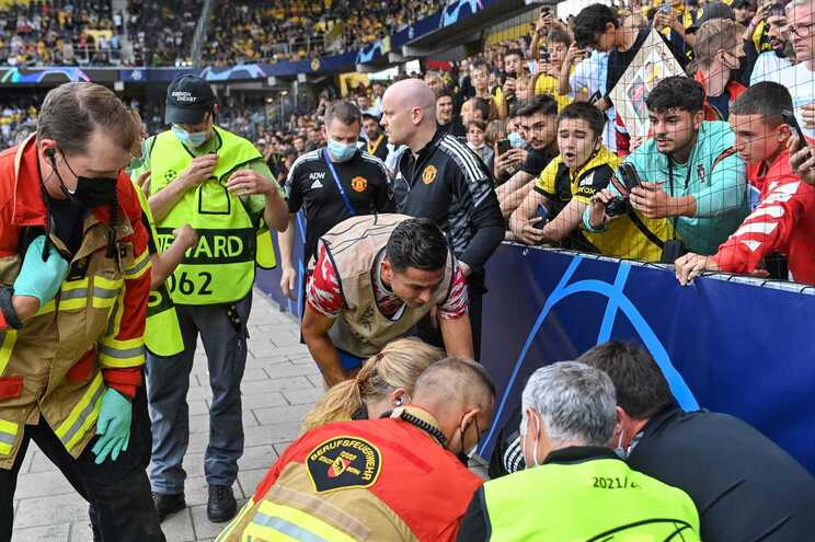 Ronaldo foi verificar se a assistente estava bem, depois de lhe ter atingido com uma bola