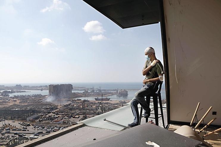 Tony Ahwaji, produtor de TV, na sua varanda soprada com vista para o drama