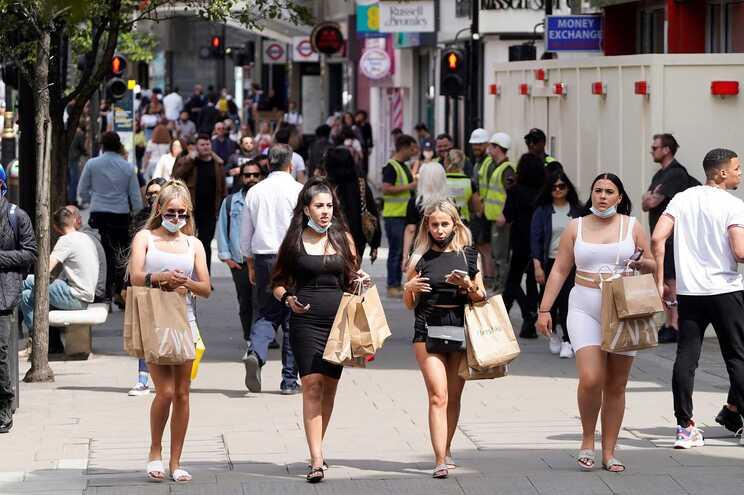 A partir de 21 de junho, deveriam ser levantadas todas as restrições em Inglaterra