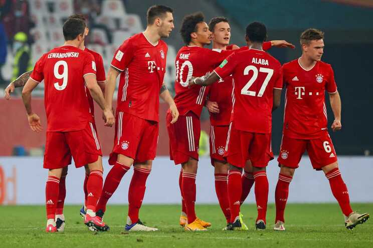 Jogadores do Bayern celebram o golo