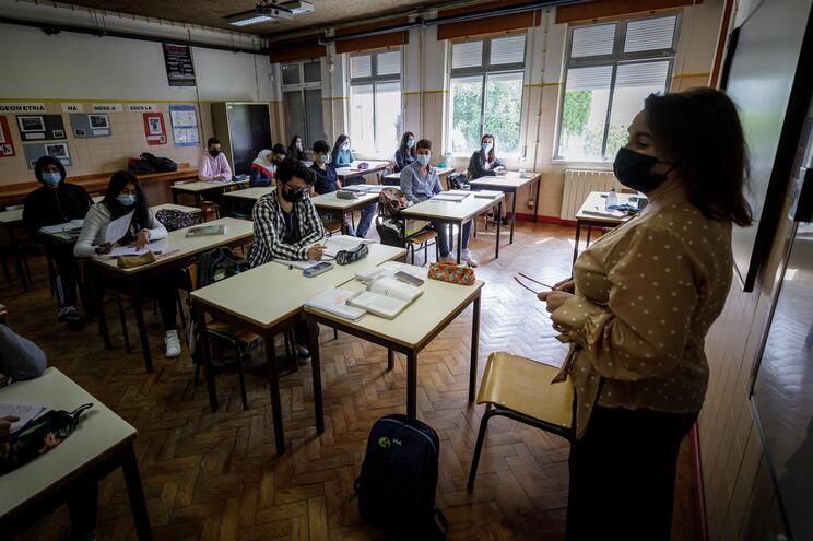 12500 professores dos quadros vão mudar de escola