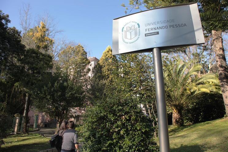 Docentes da universidade têm de dar aulas no campus