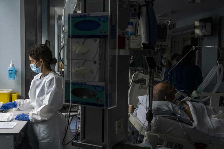 O número de internados baixou: há menos 13 doentes em enfermaria e menos um em cuidados intensivos