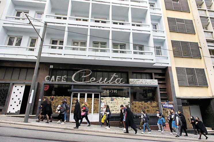 Café Ceuta, café histórico do Porto, situado na rua do mesmo nome, encontra-se encerrado para obras de