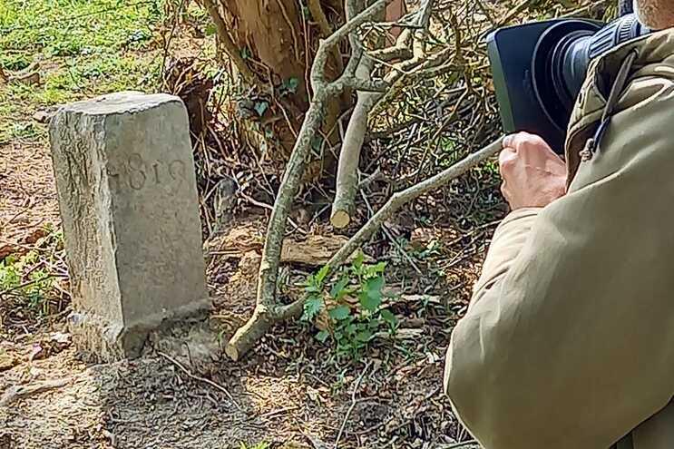 Agricultor belga move pedra para passar trator e altera a fronteira com França