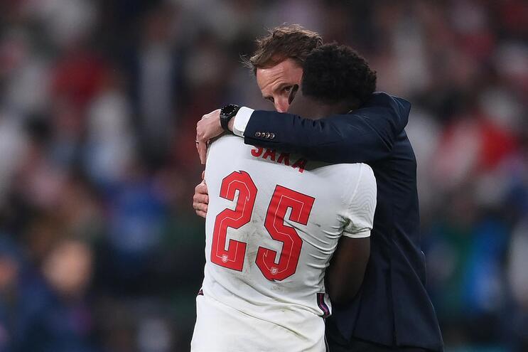 Saka confortado pelo selecionador inglês Gareth Southgate