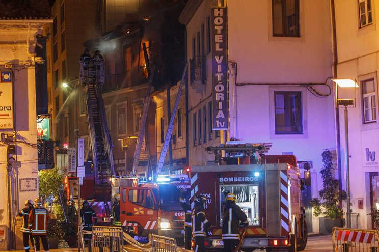 Mulher ateou incêndio que matou uma pessoa em pensão de Coimbra