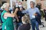 Candidato de visita a um salão de cabeleireiro, numa ação de campanha pelo Bonfim