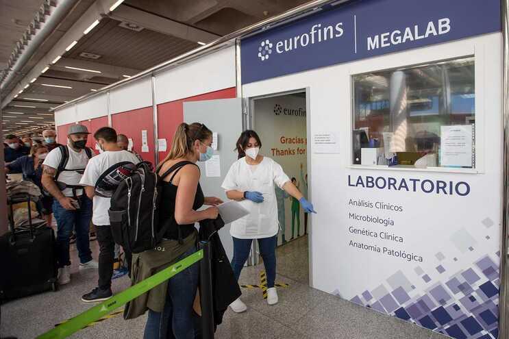 A Espanha abriu as suas fronteiras a todos os viajantes vacinados contra a covid-19 na esperança de relançar