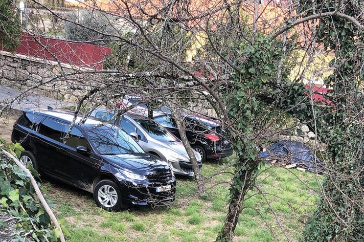Pároco diz que carros estacionados junto à casa paroquial são da família